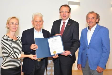 Mag. Elisabeth Fuchsbauer, Mag. Edwin Flatschart und DI Helmut Kassecker vom Partnerschaftskomitee St. Pölten sowie Bürgermeister Mag. Matthias Stadler nahmen freudig die Deklaration aus der Partnerstadt Altoona in Empfang.